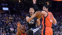 Curry s'infila tra Westbrook e Kanter. Afp