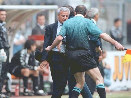 Luigi Simoni, 77 anni, ex allenatore dell'Inter, durante una fase concitata della gara del 26 aprile 1998