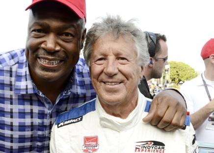 Mario Andretti, 75 anni, durante la 600 Miglia a Fort Worth del giugno 2015: accanto a lui Charley Haley, mito della NFL Foto