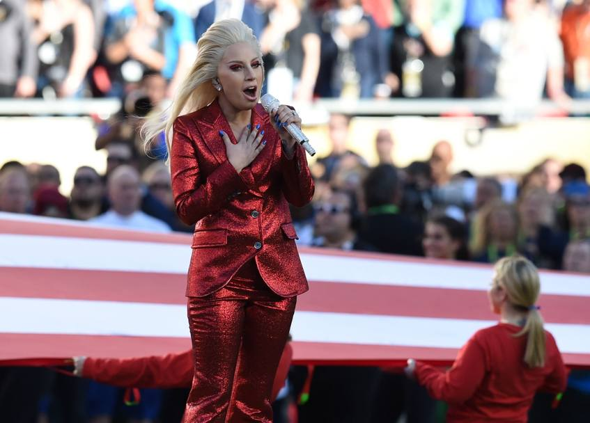 50esima edizione del Super Bowl. La partita più importante dell'anno che assegna il titolo di campione della National Football League (Nfl), Lady Gaga in rosso luccicante intona l'inno nazionale americano prima dell'incontro tra i Denver Broncos e i Carolina Panthers al Levi Stadium a Santa Clara in California, finito 24 a 10 (Afp)