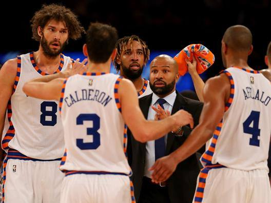 Derek Fisher, ex coach dei Knicks, fra o giocatori di New York. Afp