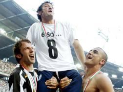 Alessandro Del Piero e Fabio Cannavaro portano in trionfo Ciro Ferrara, festeggiando lo scudetto 2004-05. Ansa