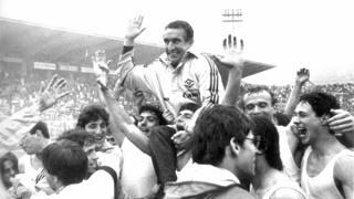 Osvaldo Bagnoli (oggi 80 anni) portato in trionfo dai giocatori del Verona. Ansa