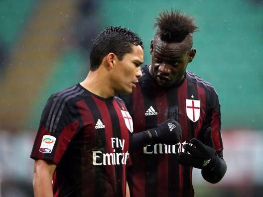 Carlos Bacca discute con Mario Balotelli. Forte