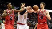 Butler e Gasol contendono la palla a Splitter. Reuters