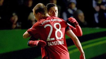 Badstuber abbraccia Lewandowski a Bochum. Epa