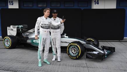 Nico Rosberg (a sinistra) e Lewis Hamilton ( a destra) davanti alla loro Mercedes, Studio Colombo