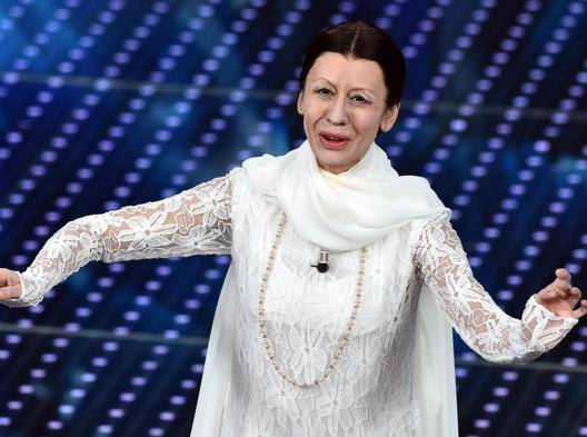 Virginia Raffaele imita Carla Fracci sul palco dell'Ariston. Lapresse