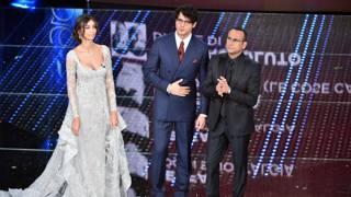 Madalina Ghenea (27 anni), Gabriel Garko (43)  e Carlo Conti (54) sul palco dell'Ariston a Sanremo. Lapresse