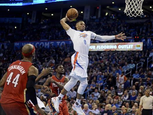 Russell Westbrook schiaccia a canestro. Reuters
