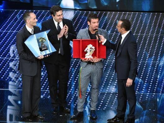 Il governatore della Liguria, Giovanni Toti, Francesco Gabbani, vincitore dei giovani e Carlo Conti. Lapresse