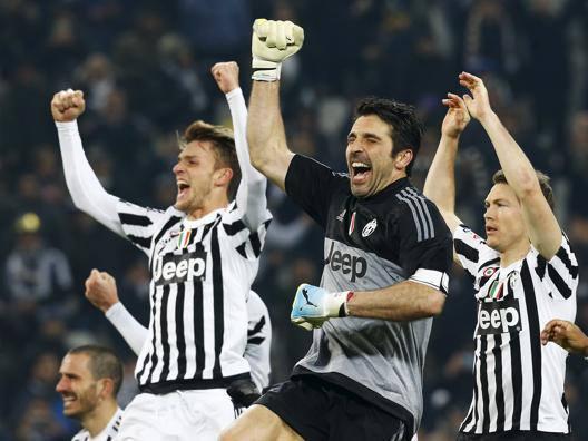 La festa di Buffon e compagni a fine partita. Reuters