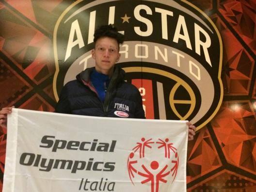 Milton Vieira, 17 anni, mostra la bandiera di Special Olympics all'All Star Game NBA.
