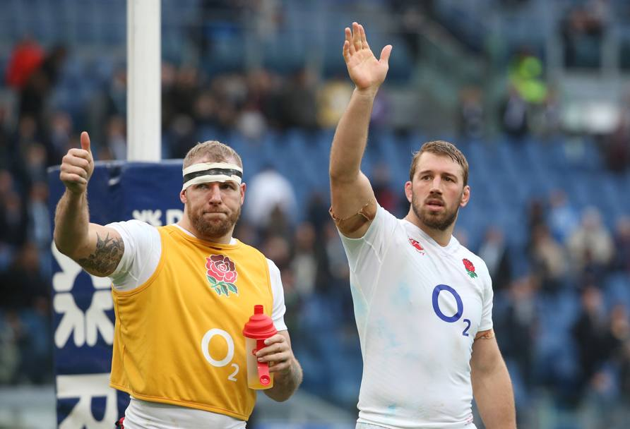Il saluto dei due inglesi James Haskell e Chris Robshaw (Reuters)