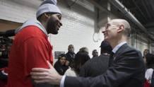 Il commissioner Silver con Drummond. Ap