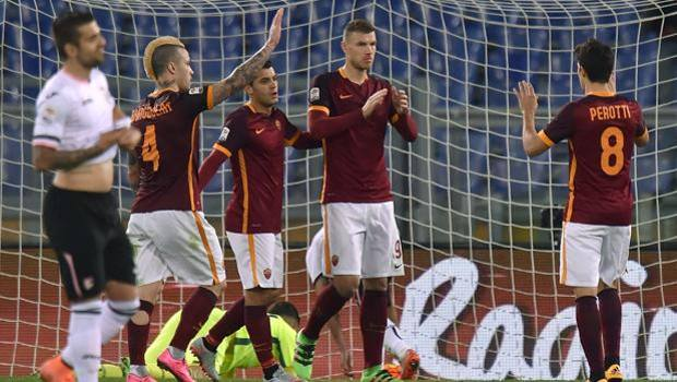 Perotti e Nainggolan festeggiano Dzeko, dopo il gol del 5-0. Getty Images