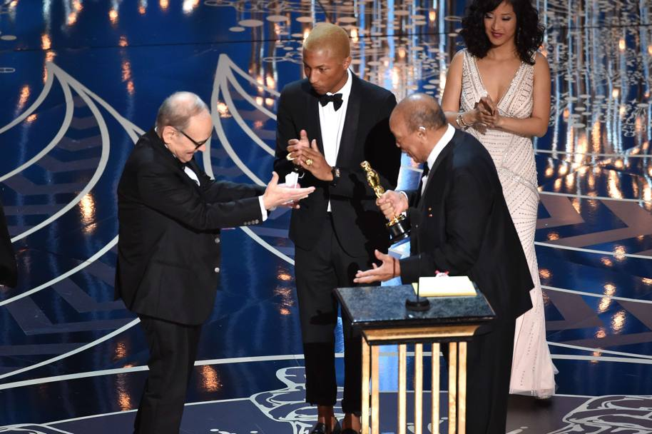 Quincy Jones e Pharrell Williams consegnato l'Oscar a Ennio Morricone. Afp