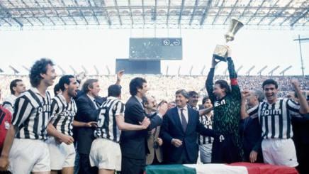 La Juve di Zoff festeggia a San Siro la Coppa Italia vinta contro il Milan nel 1989-1990