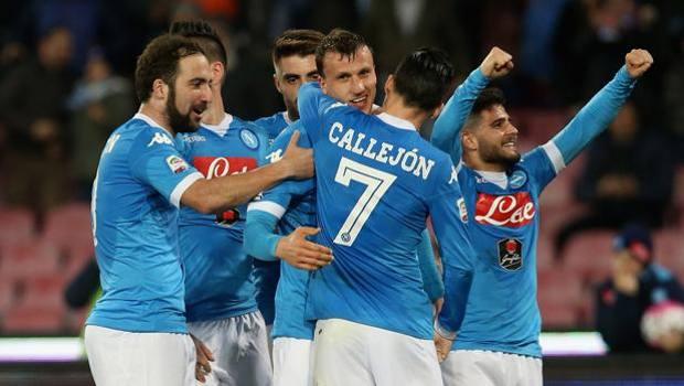 Higuain, Callejon e altri giocatori del Napoli fanno festa con Chiriches dopo il 2-1. Getty
