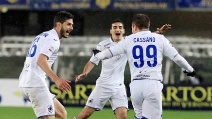 Cassano festeggia con i compagni. LaPresse