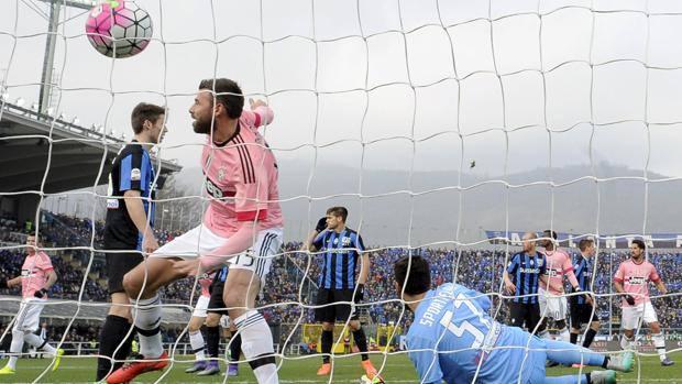 Andrea Barzagli sblocca il risultato a Bergamo contro l'Atalanta. Reuters
