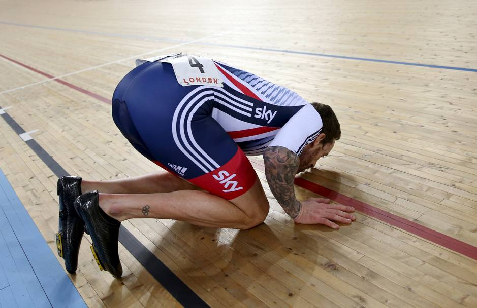 Wiggins bacia il parquet del Lee Valley Park. Per il baronetto è l'ultima corsa in questo velodromo. Reuters