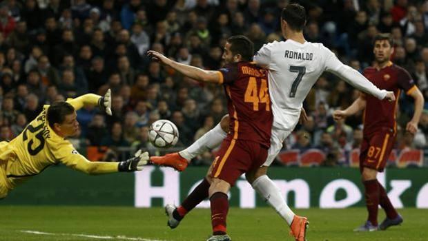Cristiano Ronaldo anticipa Manolas e Szczesny e firma il gol dell'1-0. Reuters