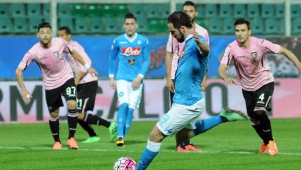 Il rigore di Gonzalo Higuain che ha deciso la partita di Palermo. Ansa