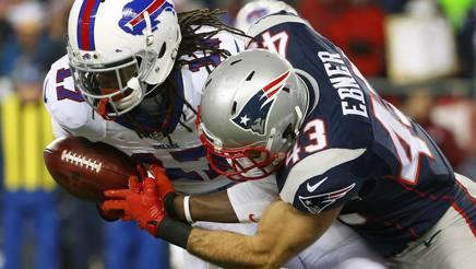 Nate Ebner placca Denarius Moore in Patriots-Buffalo Bills di Nfl. Reuters