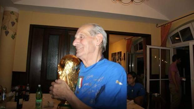 Pietro Lombardi con la Coppa del Mondo di Berlino 2006. Figc