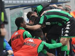 Sassuolo, l'esultanza dei giocatori dopo il gol di Politano. LaPresse