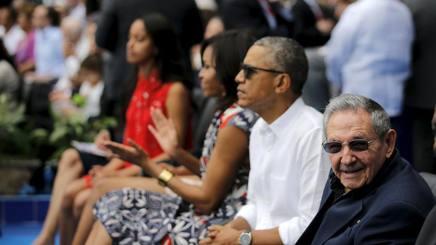 Il presidente americano Barack Obama in camicia, e l'omologo cubano Raul Castro. Afp