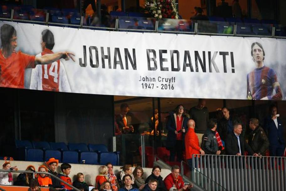 Un altro striscione in memoria di Johan Cruyff. Getty