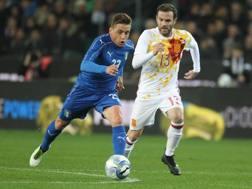 Emanuele Giaccherini in azione con Juan Mata della Spagna nel test di Udine. Ansa