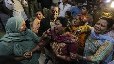 La disperazione fuori dall'ospedale di Lahore, in Pakistan. Epa