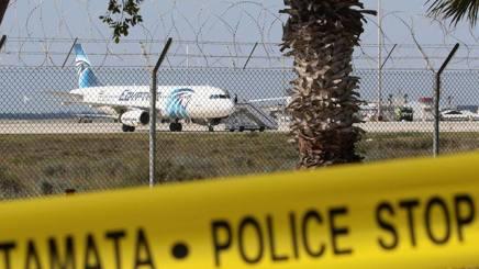 L'aereo della EgyptAir all'aeroporto di Larnaka, a Cipro. Epa