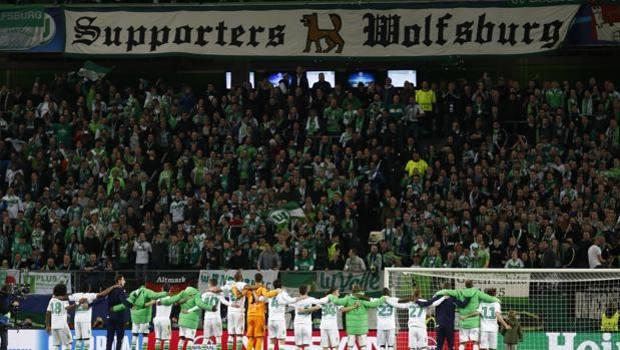 Giocatori e tifosi del Wolfsburg a fine partita. Reuters