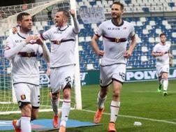 L'esultanza dei giocatori del Genoa dopo il gol di Dzemaili. Ansa