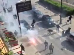 Un momento degli scontri di Palermo tra i tifosi rosanero e quelli della Lazio, tra via Libert� e via Mazzini . Ansa