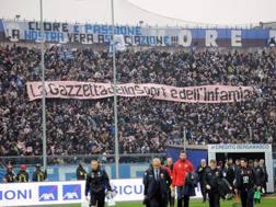 Uno degli striscioni minacciosi esposti in questi anni nella Curva Nord dello stadio di Bergamo