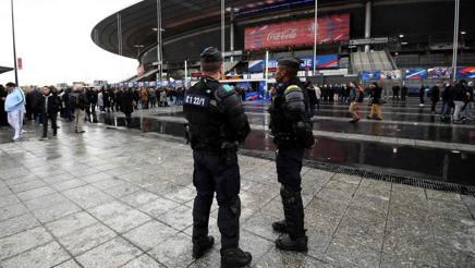 Le forze dell'ordine fuori dallo Stade de France. Afp