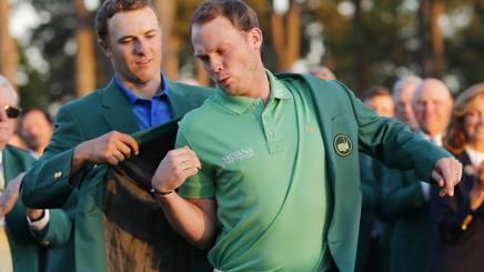 Jordan Spieth, vincitore uscente, aiuta l'erede Danny Willett ad indossare la giacca verde. Epa