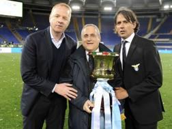 Simone Inzaghi con la Coppa Italia Primavera, con Tare e Lotito. Che non lo ha ancora rimpiazzato. LaPresse