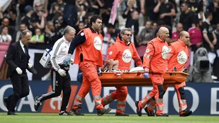 Marchisio portato fuori in barella allo Stadium. LaPresse