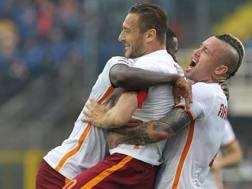 Nainggolan e Rudiger abbracciano Totti dopo il 3-3. Getty Images