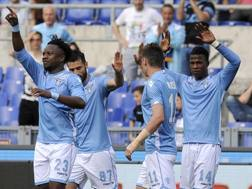 La Lazio esulta dopo il gol del 2-0 di Onazi. Lapresse