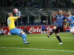 Icardi batte Reina, ma il gol � viziato da un fuorigioco.