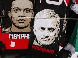 Il volto di Mourinho su una sciarpa del Manchester United. Reuters