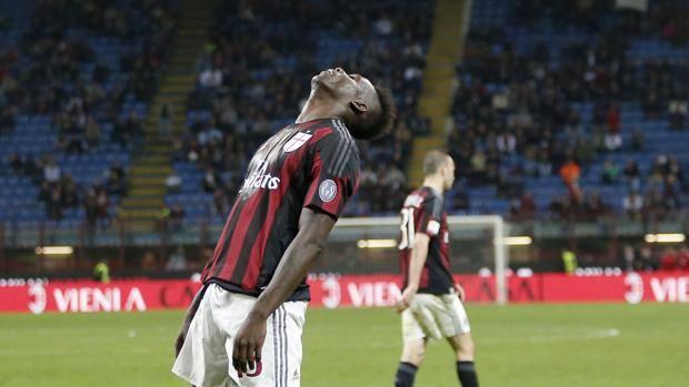 La delusione di Mario Balotelli dopo il pari con il Carpi. Ap