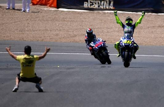 Jerez, GP di Spagna: Valentino Rossi ha vinto la gara davanti ai grandi rivali Jorge Lorenzo e Marc Marquez. Una gara strepitosa quella del pesarese, scattato in dalla pole position e rimasto in testa dall'inizio alla fine malgrado un unico tentativo di sorpasso di Lorenzo nei primi giri, tentativo subito respinto dall'italiano